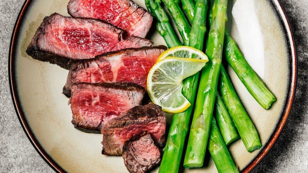 keto friendly restaurant near milwaukee: steak and asparagus with lemon